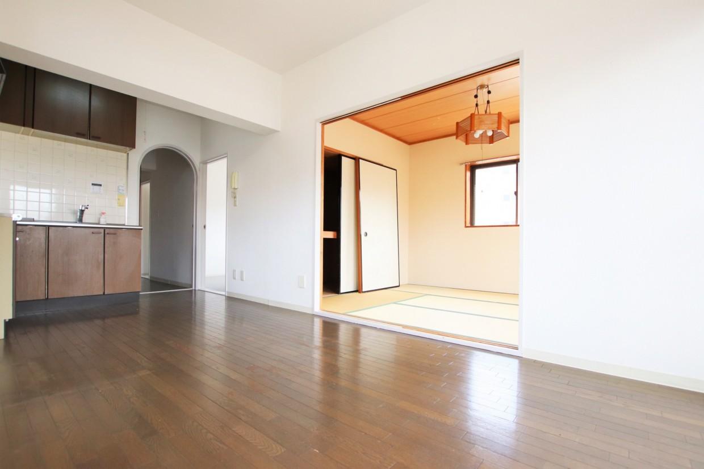 間仕切りを開けると、隣の居室と合わせて約15.2帖の空間