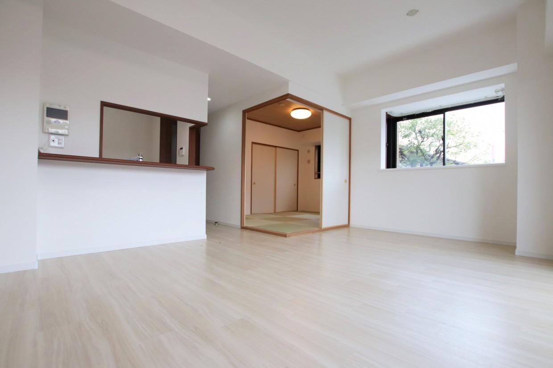 間仕切りを開けると、隣の和室と合わせて約17.6帖の空間としてもお使いいただけます。