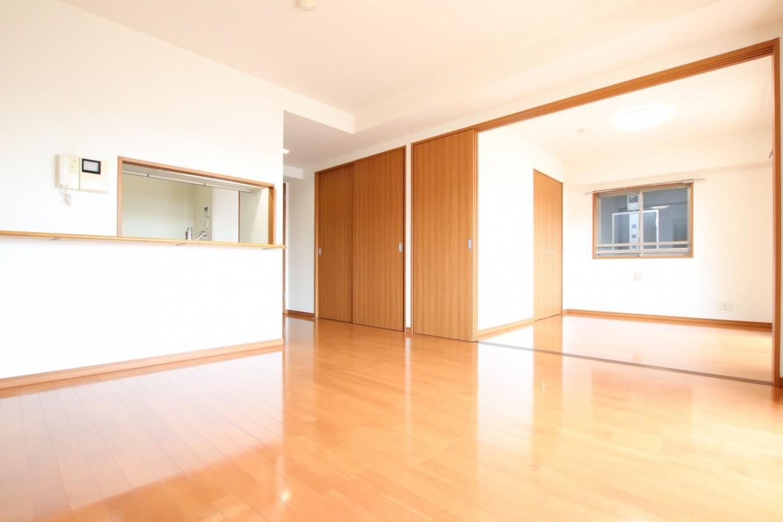 間仕切りを開けると、隣の居室と合わせて約18.4帖の空間としてもお使いいただけます。