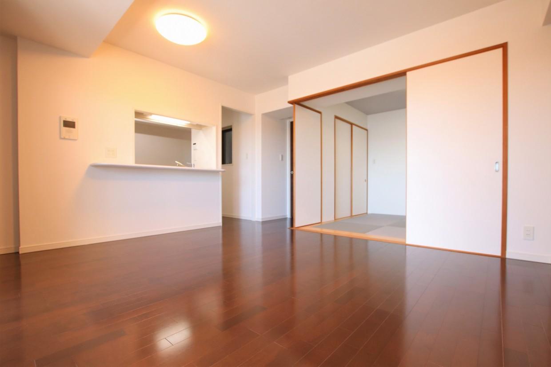 間仕切りを開けると、隣の居室と合わせて約18.2帖の空間としてもお使いいただけます。
