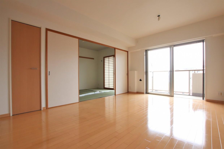 リビング間仕切りを開けると、隣の和室と合わせて約21.7帖の空間としてもお使いいただけます。
