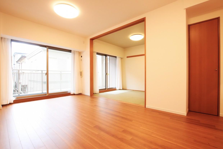 南東向きのお部屋は大きな窓から日差しがたっぷりと入ります。