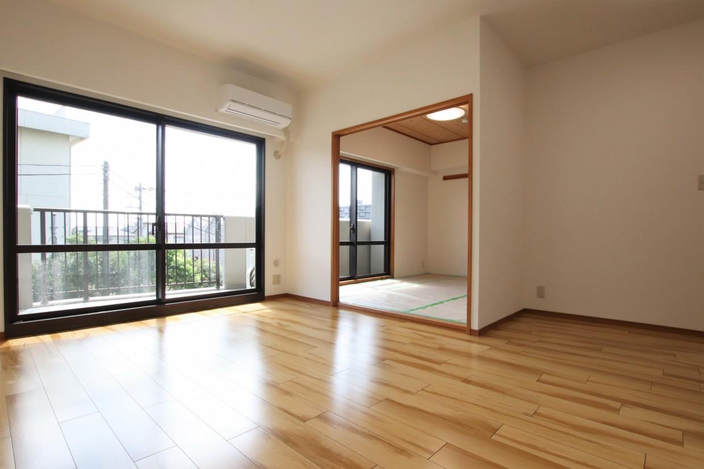 南向きのお部屋は、大きな窓から日差しがたっぷりと入ります。