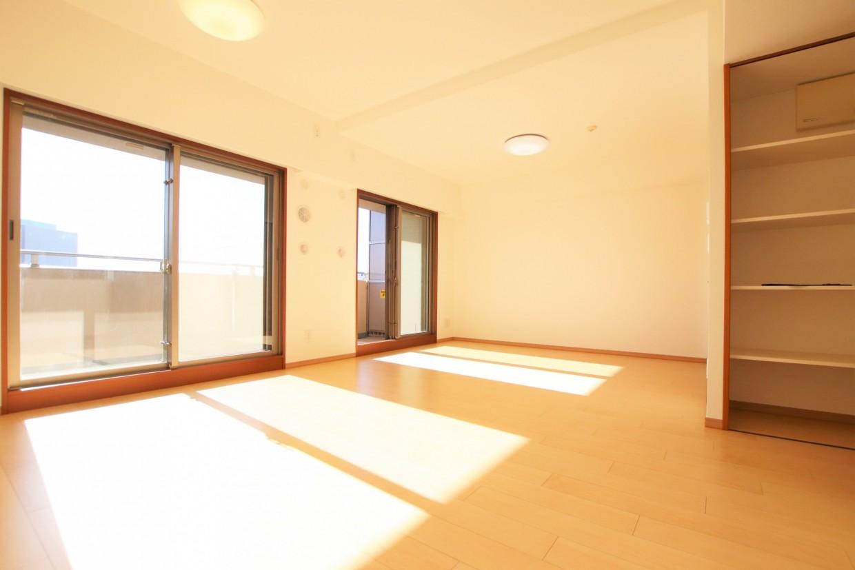 南西向きのお部屋は、大きな窓から日差しがたっぷりと入る