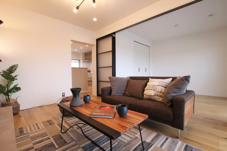 間仕切りを開けると、隣の居室と合わせて約10.5帖の空間